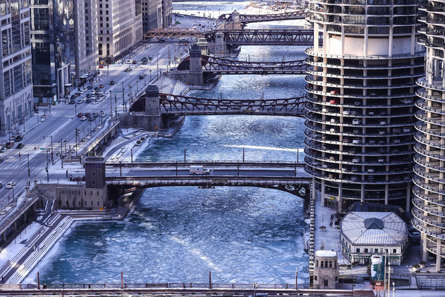 A view of the frozen Chicago river as extremely cold weather reaching minus 20 in the nights hits Chicago, Illionis, United States on January 6, 2018. (Photo by Bilgin S. Sasmaz/Anadolu Agency/Getty Images)