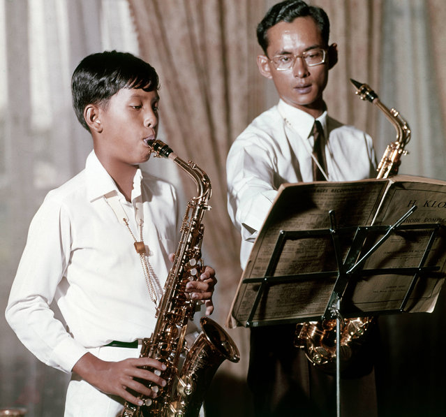King Bhumibol and Prince Vajirlongkorn playing the saxophones, 1965. (Photo by Henry Clarke/Condé Nast via Getty Images)