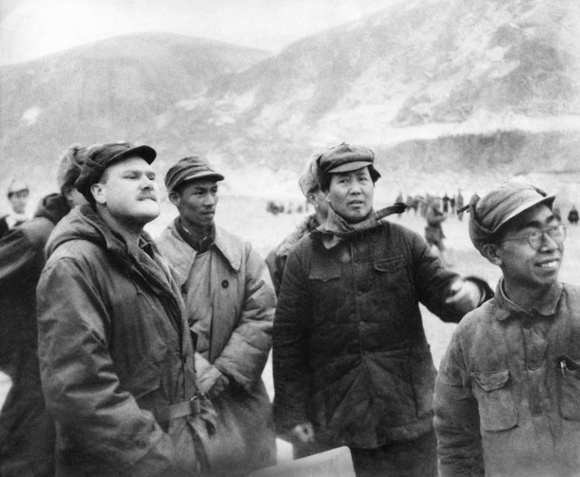 Mao Tse-tung, second from right, talks with Associated Press correspondent John Roderick, left, in Yenan, China, as they await a flight carrying communist Chinese negotiator Chou En Lai, January 27, 1946. (Photo by AP Photo)