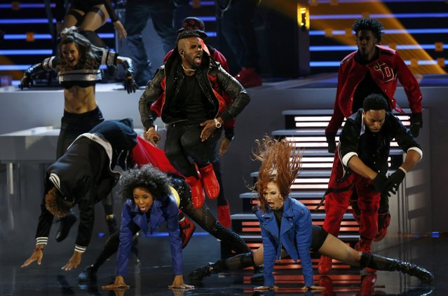"Jason Derulo (C) performs ""Get Ugly"" at the People's Choice Awards 2016 in Los Angeles, California January 6, 2016. (Photo by Mario Anzuoni/Reuters)"