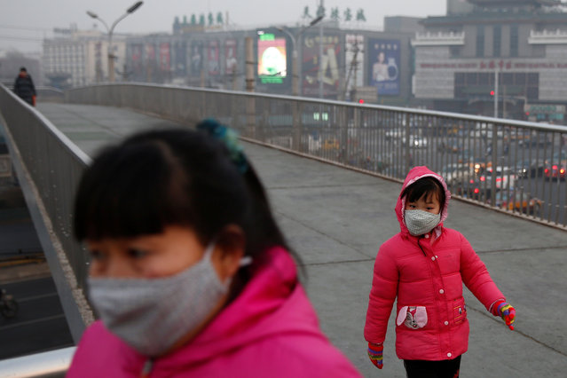 People wear face masks on a polluted day in Beijing, China January 4, 2017. (Photo by Thomas Peter/Reuters)
