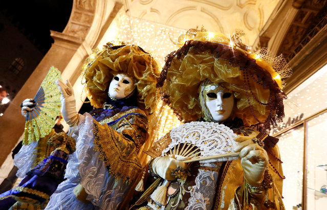 Masked revellers pose during the Venice Carnival in Venice, Italy February 18, 2017. (Photo by Fabrizio Bensch/Reuters)