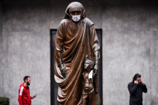 A face mask is placed on the statue of Saint Teresa in Pristina on December 19, 2019. Pristina and many other cities across Kosovo experienced high levels of visible air pollution. Over the past months Pristina was listed as one of the cities suffering from the worst air quality in the world. (Photo by Armend Nimani/AFP Photo)