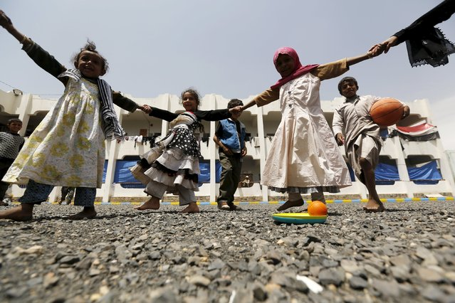 Girls play at a school in Yemen's capital Sanaa sheltering them and their families after the conflict forced them to flee their areas from the Houthi-controlled northern province of Saada August 4, 2015. (Photo by Khaled Abdullah/Reuters)