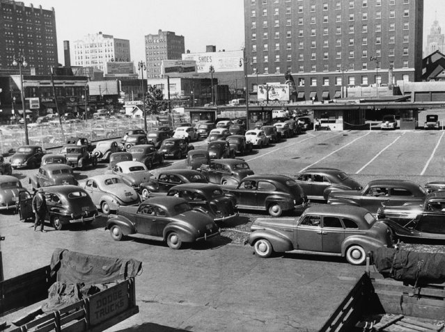 Long lines of motorists form at the customs gate at the entrance to Windsor, Ontario, September 27, 1945 as Detroit drivers seek gasoline in the Canadian city. The gas drought due to striking oil workers has cut Detroit's supply to a trickle. (Photo by AP Photo/DT)