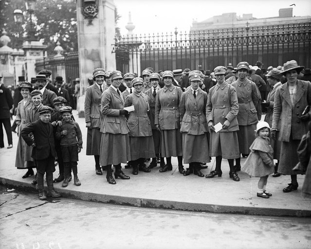 Members of the Women's Royal Air Force arrive at Buckingham Palace, London, to attend a party for war workers. 25th July 1919. (Photo by Topical Press Agency)