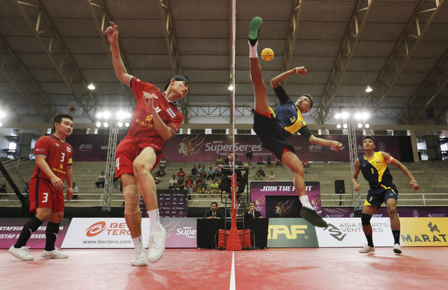 Sepak Takraw, ISTAF Super Series Finals Thailand 2014/2015, Nakhon Pathom Municipal Gymnasium, Huyjorake Maung, Nakonprathom, Thailand on October 21, 2015: Thailand's Anuwat Chaichana (L)) in action with Myanmar's Thant Zin Oo during the group stage match. (Photo by Asia Sports Ventures/Action Images via Reuters)