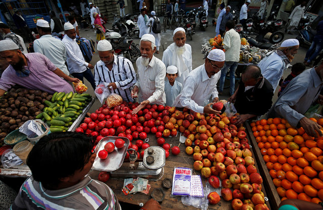 People buy fruits and vegetables at a market in Ahmedabad, December 12, 2018. (Photo by Amit Dave/Reuters)