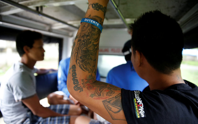"""People who have surrendered ride in a police vehicle to a police station as part of Operation """"Tokhang"""" (Knock and Persuade drug users to surrender) in Magalang, Pampanga in northern Philippines, October 8, 2016. (Photo by Erik De Castro/Reuters)"""