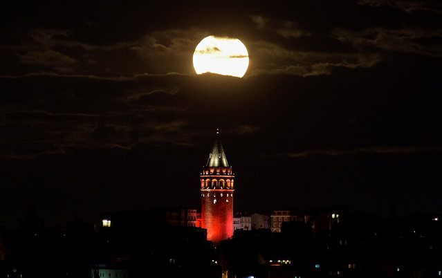 The supermoon is seen over the historical Galata Tower in Istanbul, Turkey, early November 14, 2016. (Photo by Yagiz Karahan/Reuters)