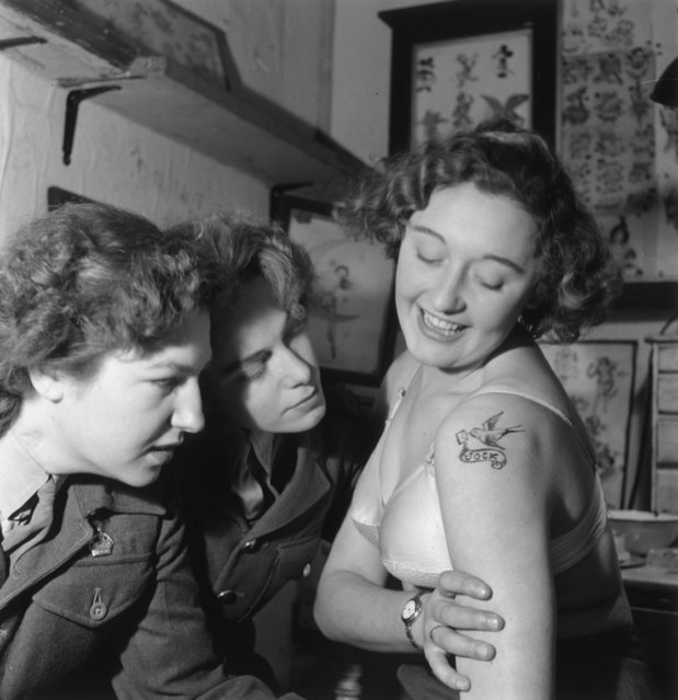 Two servicewomen admiring a tattoo by the Aldershot tattoo artist, Jessie Knight, the only female tattooist at work. 15th December 1951. (Photo by Haywood Magee/Picture Post/Getty Images)