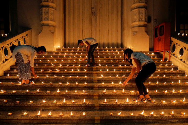 People light candles during a vigil in memory of the victims of a string of suicide bomb attacks across the island on Easter Sunday, in Colombo, Sri Lanka on April 28, 2019. (Photo by Thomas Peter/Reuters)