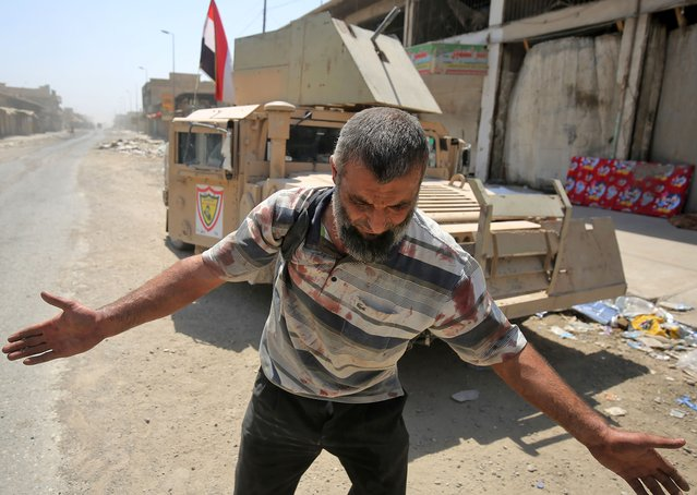 An Iraqi man, who was injured in a suicide attack as people were escaping the Old City of Mosul, reacts as he arrives at a make-shift hospital on June 23, 2017. A suicide bomber blew himself up among civilians fleeing Mosul's Old City, where Iraqi forces are gaining ground against jihadists mounting a fierce but desperate defence, officers said. (Photo by Ahmad Al-Rubaye/AFP Photo)