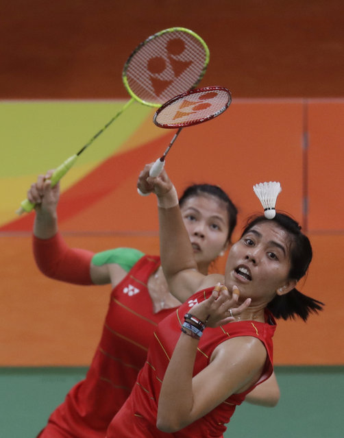 Indonesia's Nitya Krishinda Maheswari, right, and Greysia Polii, return a shot to Malaysia's Vivian Hoo Kah Mun and Woon Khe Wei during a Women Double match at the 2016 Summer Olympics in Rio de Janeiro, Brazil, Saturday, August 13, 2016. (Photo by Kin Cheung/AP Photo)