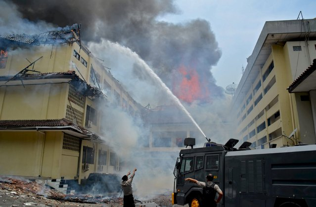 Firefighters and policemen work to extinguish fire at the police headquarters in Semarang, Indonesia's Central Java province, September 30, 2015 in this picture taken by Antara Foto. The cause of the fire has yet to be determined, according to local media. (Photo by Rekotomo/Reuters/Antara Foto)