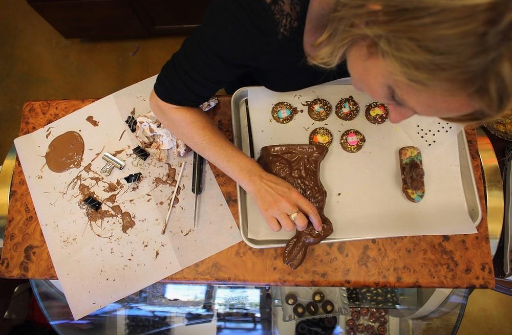 Chocolatier Makes Chocolate Bunnies Ahead of Easter