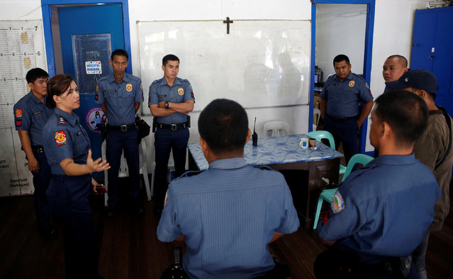 """Police officer Superintendent Jhoana Rosales talks to her men at a police station before conducting  Operation """"Tokhang"""" (Knock and Persuade drug users to surrender) in Magalang, Pampanga in northern Philippines, October 8, 2016. (Photo by Erik De Castro/Reuters)"""