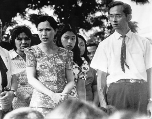 Thai royal family including King Bhumibol adulydej, Queen Sirikit (left) and Princess Chulabhorn as they talked to 100 demonstrators in Bangkok Sunday October 15, 1973, during demonstration which resulted in fall of Thanom Kittikachorn government. Royalty appeared- including King in shirtsleeves after protestors took refuge in palace compound. (Photo by AP Photo)