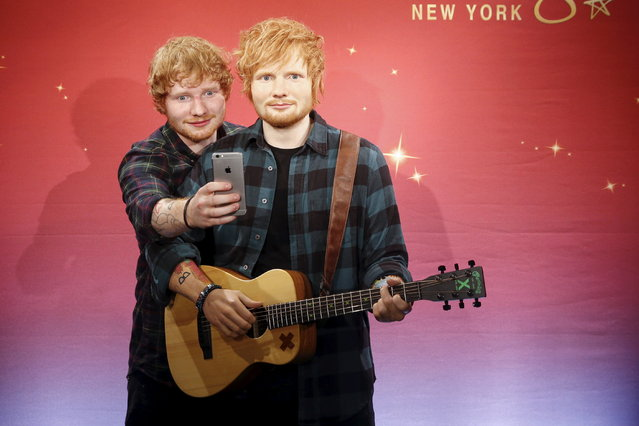 """Ed Sheeran takes a """"selfie"""" with his wax figure at Madame Tussauds museum in Manhattan, May 28, 2015. (Photo by Shannon Stapleton/Reuters)"""