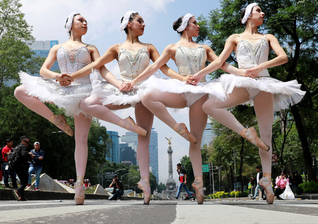 "The classical ballet company ""Ardentia"" performs in the street of Mexico City on traffic lights, in an effort to highlight the city's fine arts in public spaces in Mexico, September 8, 2018. (Photo by Carlos Jasso/Reuters)"