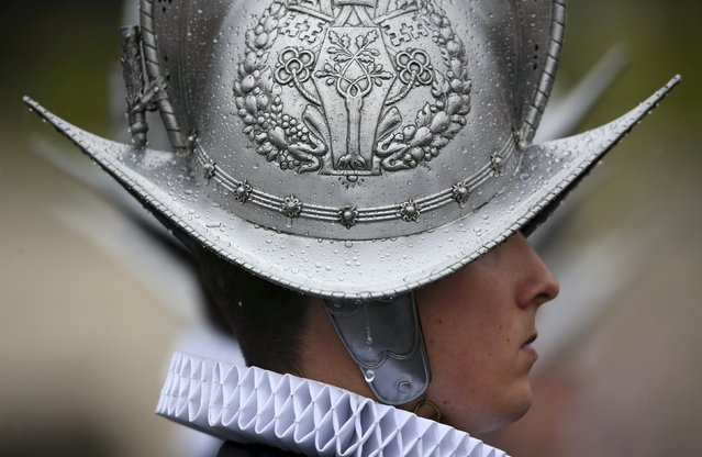 A Vatican Swiss guard stands in St. Peter's square before Pope Francis leads the Easter mass at the Vatican April 5, 2015. (Photo by Alessandro Bianchi/Reuters)