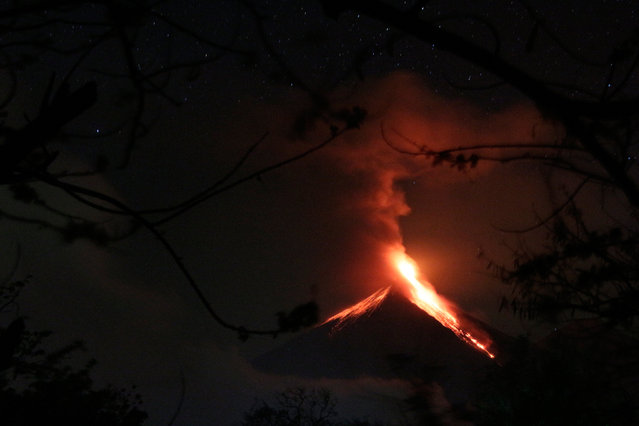 Lava flows from Fuego volcano during an eruption as seen from Alotenango, on the outskirts of Guatemala City, Guatemala, March 2, 2016. (Photo by Josue Decavele/Reuters)