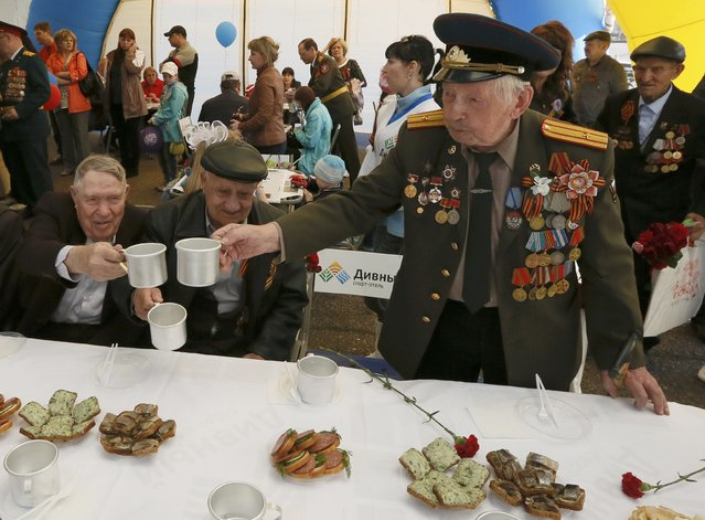 People including World War Two veterans celebrate the Victory Day in the Siberian town of Divnogorsk near Krasnoyarsk, Russia, May 9, 2015. (Photo by Ilya Naymushin/Reuters)