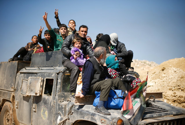 Displaced Iraqis flee their homes as Iraqi forces battle with Islamic State militants, in western Mosul, Iraq March 6, 2017. (Photo by Suhaib Salem/Reuters)