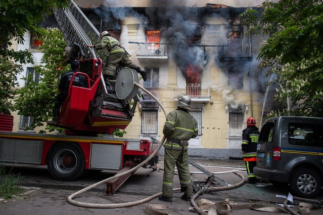 Fire fighters tackle the blaze in the Mariupol police station, Ukraine, 09 May 2014. Two eastern Ukrainian provinces will go ahead with a referendum on seceding from the country as planned this weekend despite Russian President Vladimir Putin's call for a delay, separatist leaders told Russia's Interfax news agency on 08 May. (Photo by Alexey Furman/EPA)