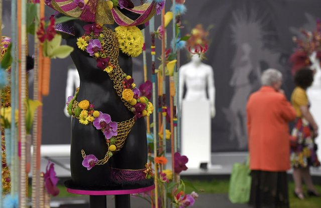 Visitors view displays at Chelsea Flower Show in London, Britain, May 23, 2016. (Photo by Toby Melville/Reuters)