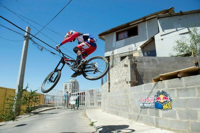 "A competitor rides his bike during the ""Valparaiso Cerro Abajo"" (Valparaiso downhill) urban mountain bike race, in Valparaiso, Chile February 19, 2017. (Photo by Reuters/Stringer)"