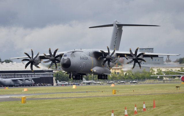 An Airbus A400M lands on the runway after performing during the Farnborough International Airshow in Farnborough, Britain, 12 July 2016. (Photo by Hannah Mckay/EPA)
