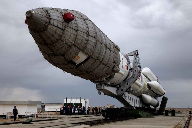 A Russian Proton-M rocket carrying the British telecommunications satellite Inmarsat-5 F3 is mounted on a launch pad at the Russian leased Baikonur cosmodrome on August 25, 2015. The launch of the rocket is scheduled on August 28. (Photo by AFP Photo)