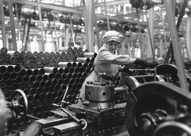 A woman munitions worker operating a machine in an armaments factory during the First World War, circa 1915. (Photo by Hulton Archive)