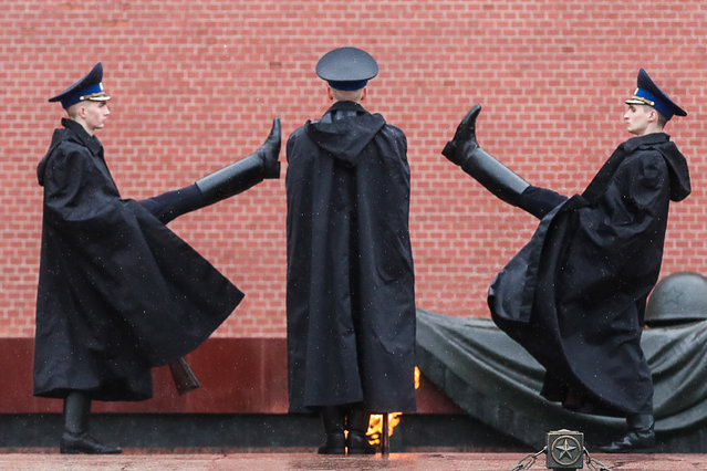 A changing of the honor guard ceremony by the Tomb of the Unknown Soldier in Alexander Garden by the Kremlin Wall in Moscow, Russia on May 29, 2020. (Photo by Vladimir Gerdo/TASS)