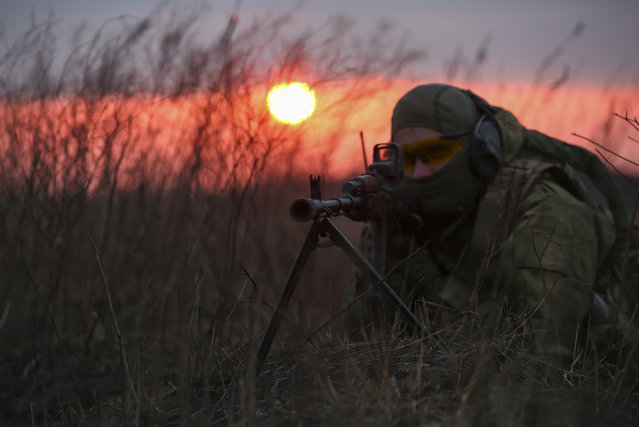 A Ukrainian serviceman from an anti-terrorist unit during a training session on a shooting range not far from Kharkiv, Ukraine, November 12, 2014. NATO has seen columns of Russian tanks, artillery and air defence systems and Russian combat troops entering into Ukraine, NATO's supreme allied commander Europe, General Philip Breedlove, said in Sofia. (Photo by Sergei Kozlov/EPA)