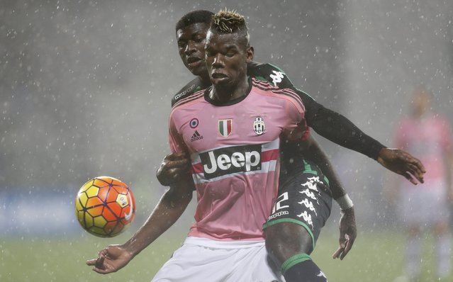 Juventus' Paul Pogba (R) fight for the ball with Sassuolo's Alfred Duncan during their Serie A soccer match at the Mapei stadium in Reggio Emilia October 28, 2015. (Photo by Giampiero Sposito/Reuters)