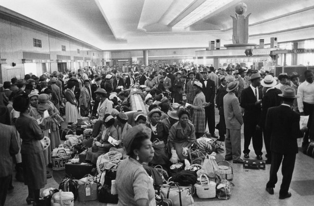 A group of seven hundred West Indian immigrants waiting in the Customs Hall at Southampton Docks after disembarkation, 27th May 1956. (Photo by Haywood Magee/Picture Post/Hulton Archive/Getty Images)
