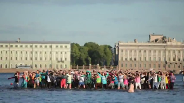 Flashmob: Graduates from St. Petersburg Arranged Dancing In Water