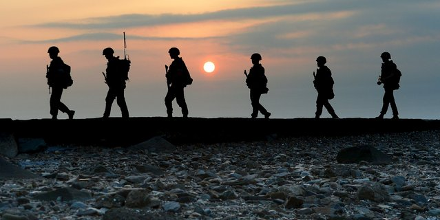South Korean marines patrol along a bank of a shore on Yeonpyeong island just south of Northern Limit Line (NLL), South Korea, August 23, 2015. (Photo by Shin Wong-su/Reuters/News1)