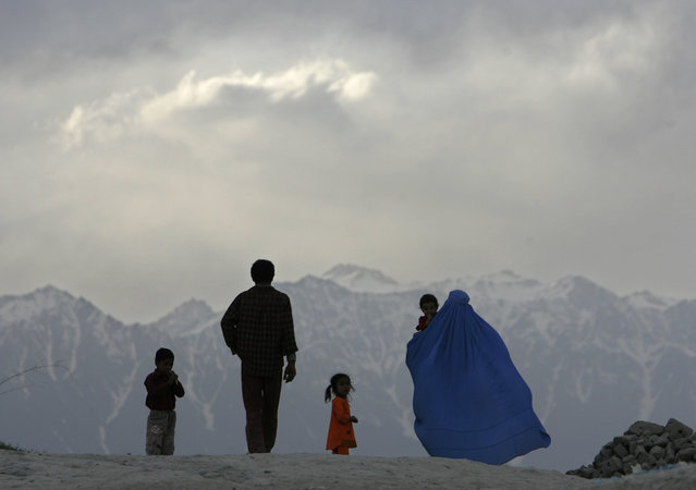 Afghans walk down a hill in Kabul April 23, 2007. (Photo by Ahmad Masood/Reuters)