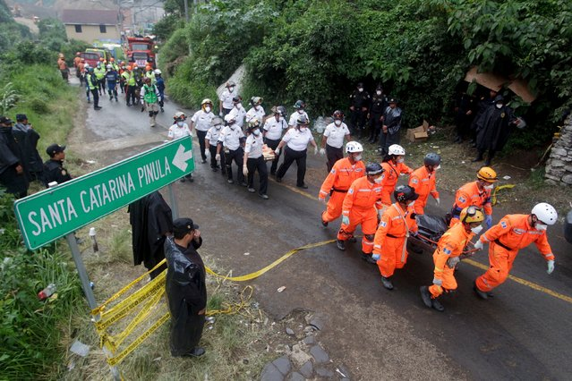 Rescue team members carry the bodies of mudslide victims toward the coroner's truck, in Santa Catarina Pinula, on the outskirts of Guatemala City, October 4, 2015. (Photo by Josue Decavele/Reuters)