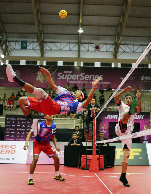 Sepak Takraw, ISTAF Super Series Finals Thailand 2014/2015, Nakhon Pathom Municipal Gymnasium, Huyjorake Maung, Nakonprathom, Thailand on October 21, 2015: Malaysia's Khairol Zaman (L) in action during the group stage match. (Photo by Asia Sports Ventures/Action Images via Reuters)