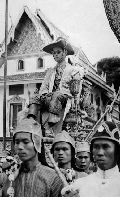 This file photo taken on May 5, 1950 shows Thai King Bhumibol Adulyadej being carried by a cortege during the coronation ceremony in Thailand. (Photo by AFP Photo)