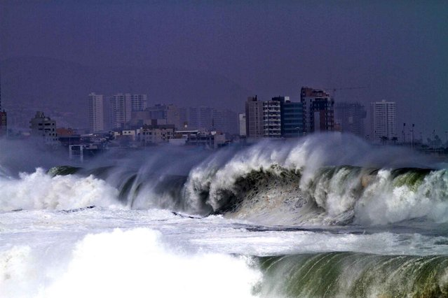 View of the heavy sea in Antofagasta, Chile, on July 3, 2013. Waves of up to seven meters of height were registered in the Chilean coast Thursday. (Photo by Jorge Jara/Getty Images)