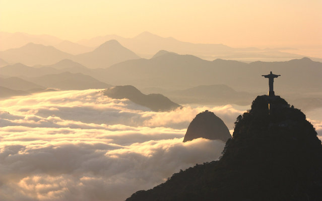 Rio de Janeiro dawns with haze, on July 18, 2013. Santos Dumont Airport was closed for a few hours. (Photo by Marcos Estrella/TV Globo)