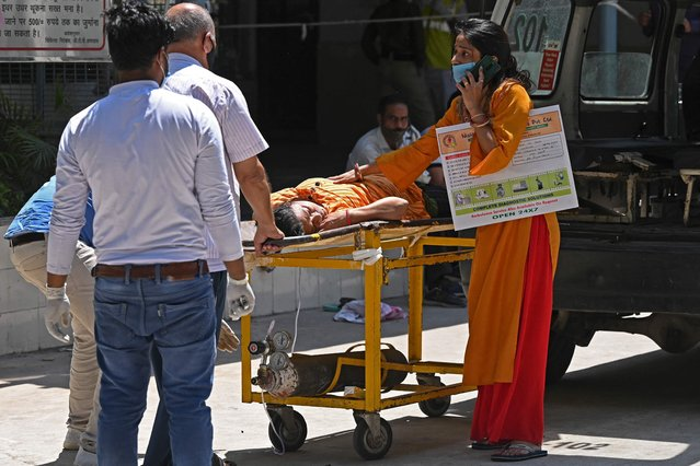 Relatives transport a Covid-19 coronavirus patient on a stretcher to a hospital in New Delhi on April 24, 2021. (Photo by Sajjad Hussain/AFP Photo)