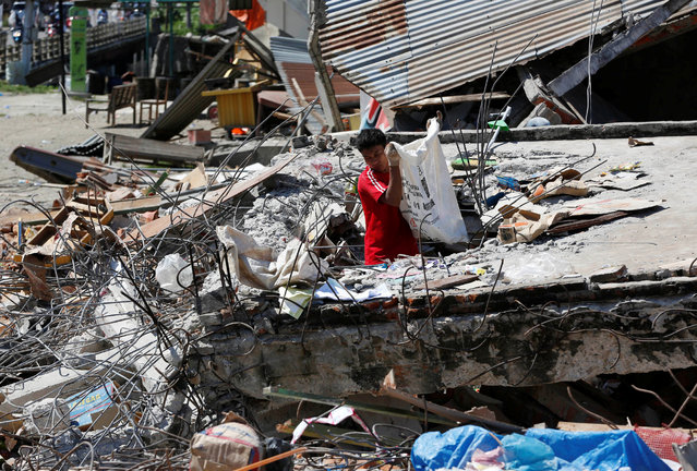 A man retrieves goods from a collapsed shop following a strong earthquake in Meureudu, Pidie Jaya, Aceh province, Indonesia December 8, 2016. (Photo by Darren Whiteside/Reuters)