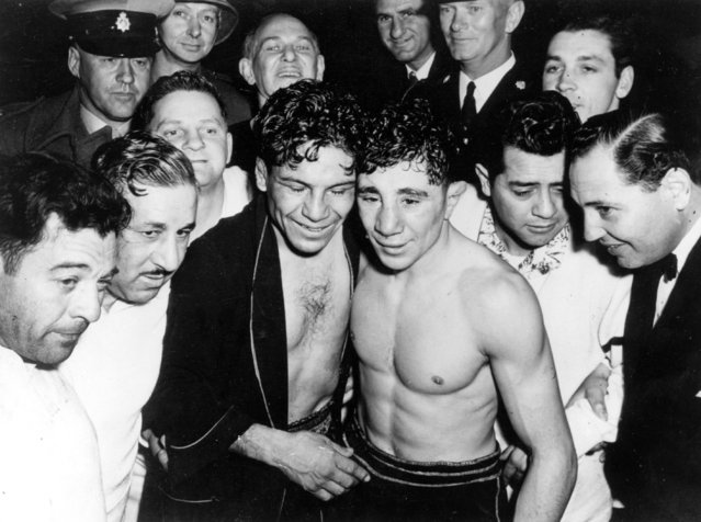 Boxer Vic Towell (centre, right) with rival Manuel Ortiz of Mexico after their world bantamweight title fight at Johannesburg, 6th June 1950. Towell secured the title. (Photo by Keystone/Getty Images)