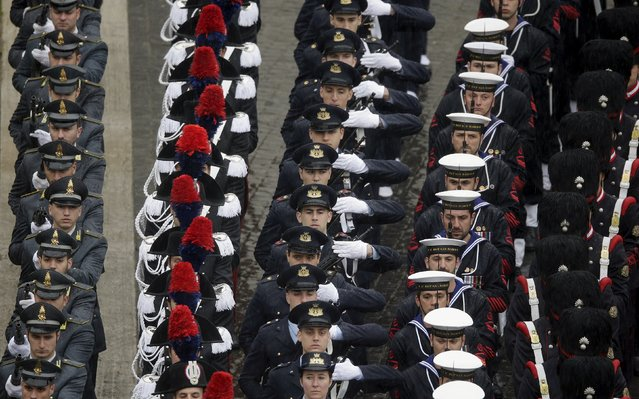 Italian military forces march as they arrive in St. Peter's square before Pope Francis leads the Easter mass at the Vatican April 5, 2015. (Photo by Max Rossi/Reuters)